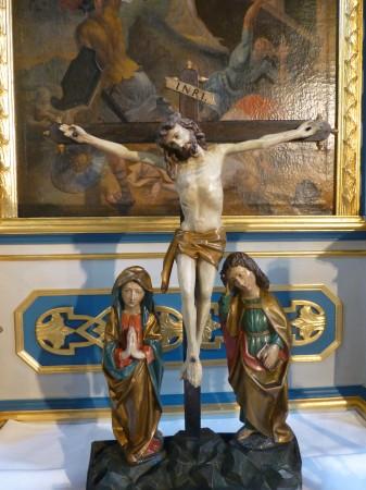 Die Farben der Figuren kommen nach dem Reinigen so richtig zur Geltung.  Sehen Sie sich bei Ihrem nächsten Gottesdienstbesuch z.B. doch einmal die Bläser-Engel über der Orgel oder die Kreuzigungsszene auf dem Altar an.