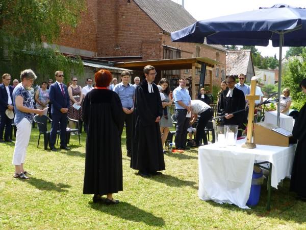 ... und Dekanin Almut Held installierte Pfarrer Dr. Martin Schott ...